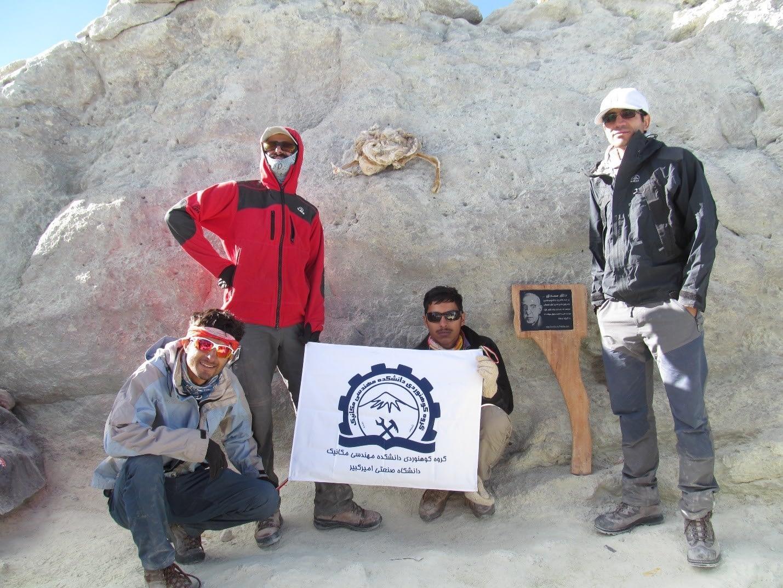 تمامی اعضای تیم در بالای قله دماوند