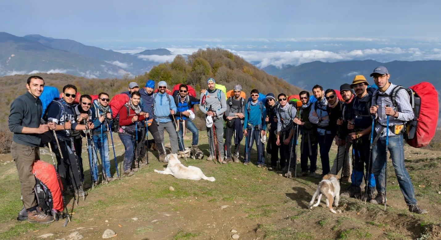 عکس دسته جمعی گروه با منظره جنگل الیمستان