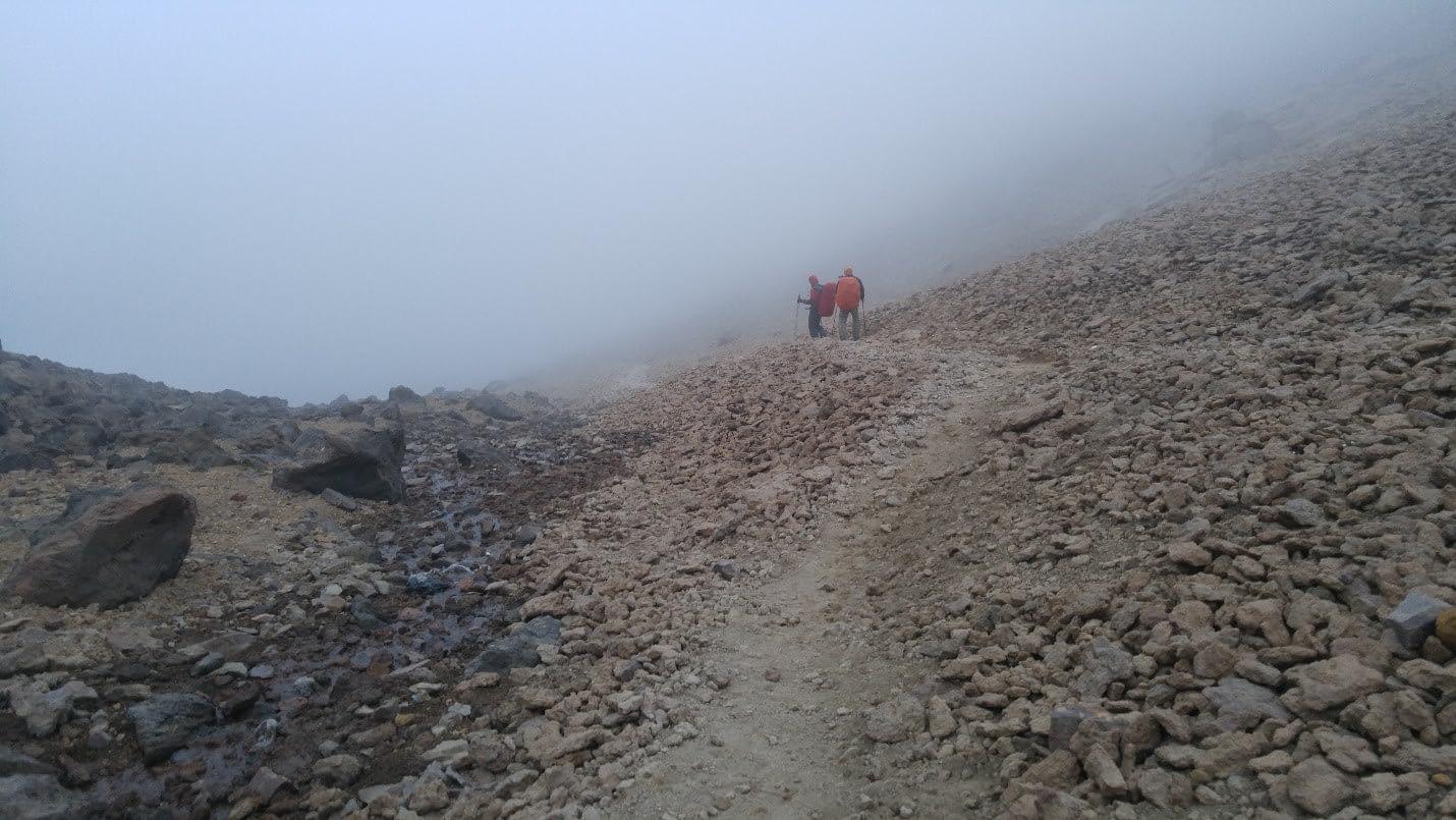 در مسیر فرود و مه غلیطی که کم کم منطقه را در بر میگیرد