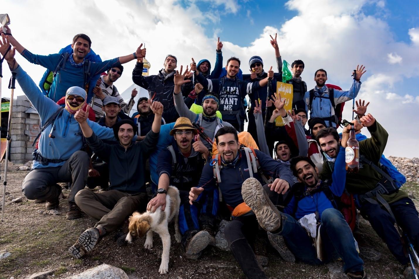 عکس دسته جمعی گروه در کنار امامزاده قاسم، قبل از حرکت به سمت جنگل الیمستان