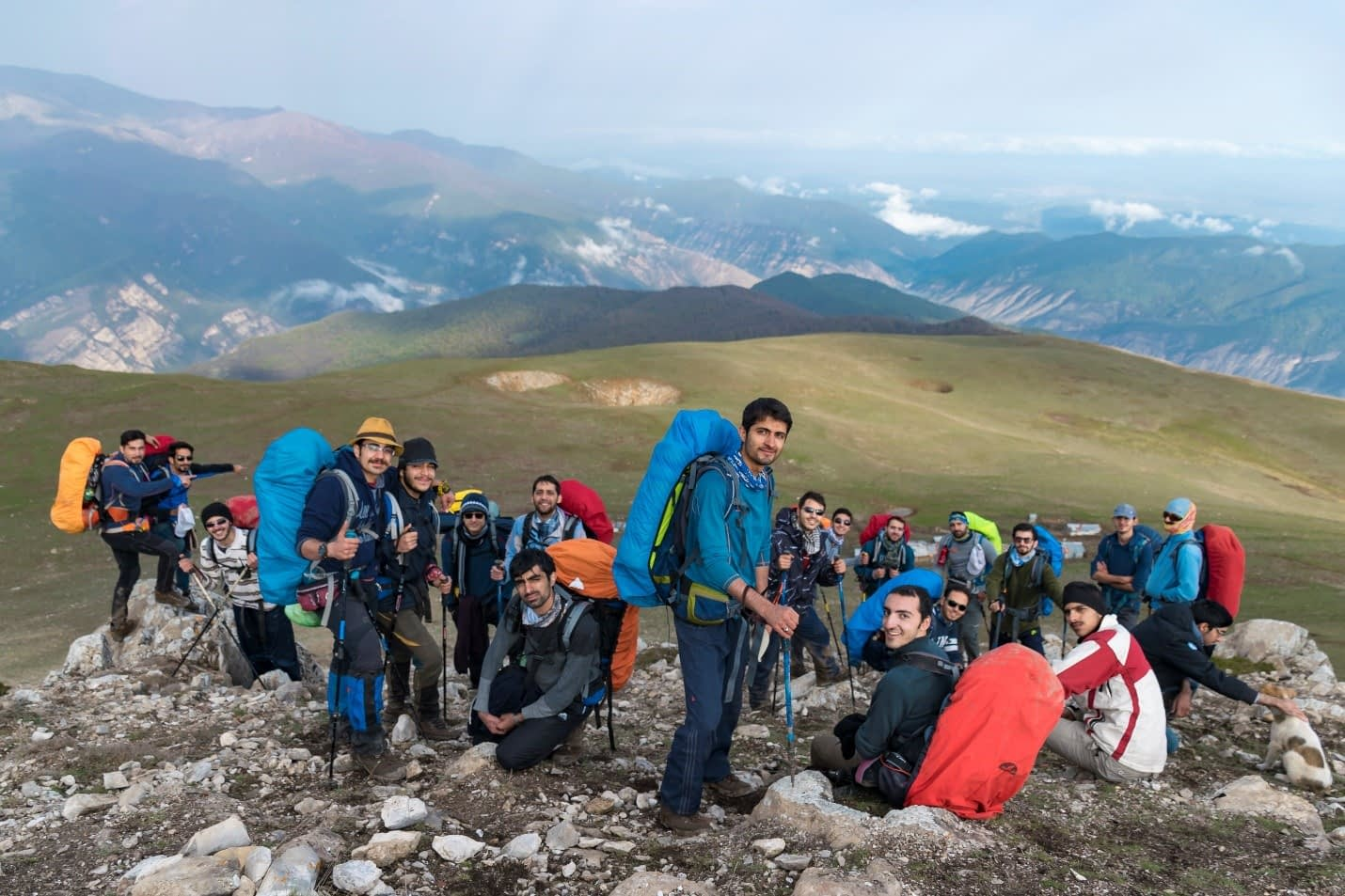 عکس دسته جمعی گروه با رستم چال و منظره ای زیبا